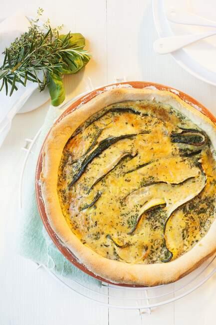 Quiche de courgette dans le plat dans lequel elle a été cuite — Photo de stock