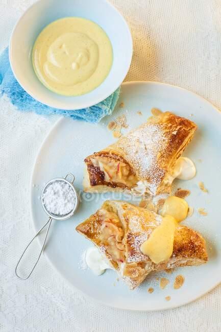 Pommes et quarks avec sucre glace et crème anglaise — Photo de stock