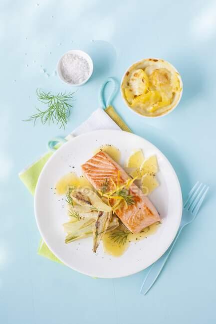 Лосось і картопля гратин з лимоном і феннелем. — стокове фото
