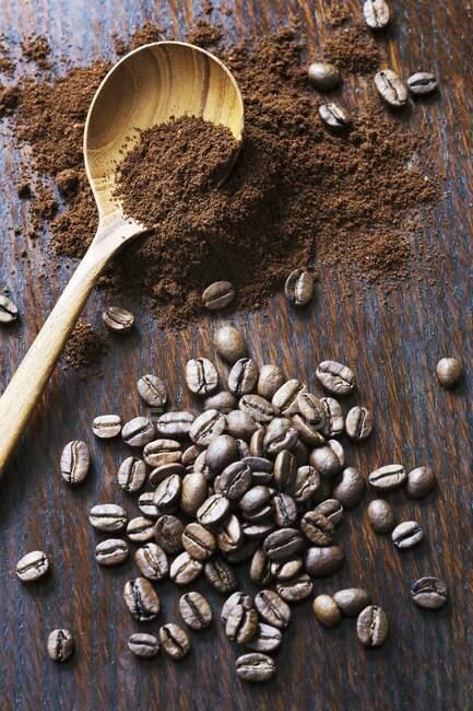 Кавові боби та кава з дерев