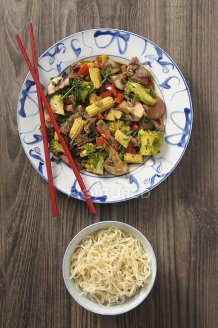 Boeuf frit à la ciboulette et maïs pour bébés (Asie) — Photo de stock
