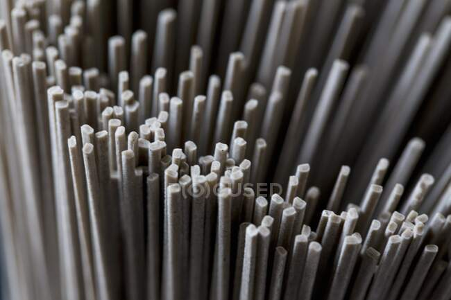 Fideos de trigo sarraceno vista de cerca - foto de stock