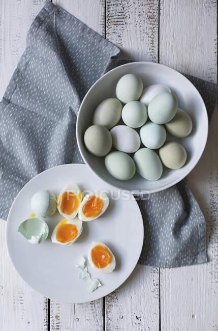 Eier, teilweise in Großaufnahme gekocht — Stockfoto