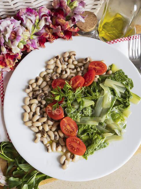 Bette suisse, tomates et légumineuses — Photo de stock
