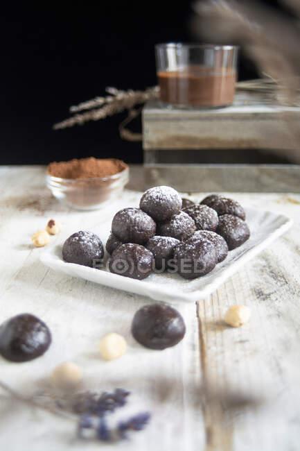 Шоколадний пралін, виготовлений з горіха та какао на столі. — стокове фото