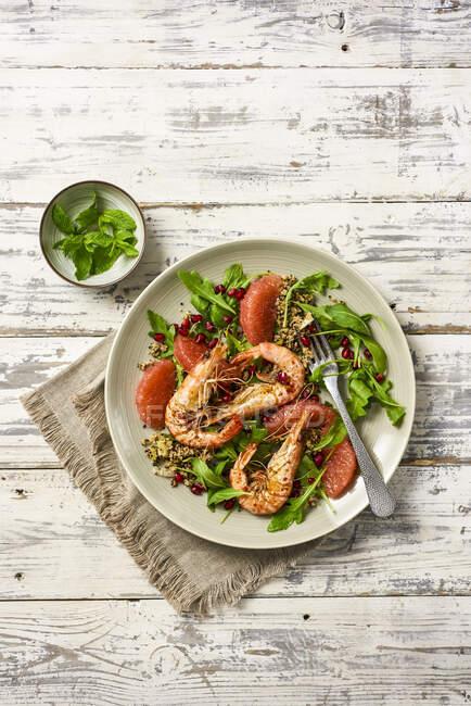 King Prawns Salad with Pink Grapefrup — стокове фото