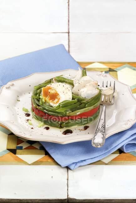 Салат з зеленими бобами, спечений перець і яйця. — стокове фото