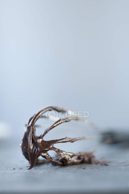 Знімок смачного темного шоколаду на віскі. — стокове фото
