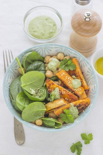 Ensalada de garbanzos batatas y espinacas - foto de stock