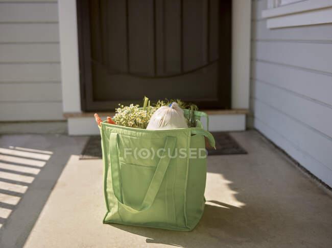 Интернет-магазины в сумке на пороге — стоковое фото