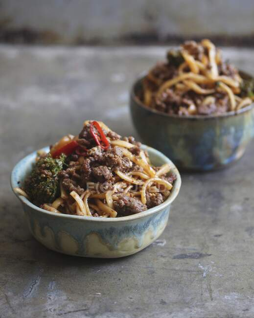 Шечуанська локшина з м'ясом і овочами. — стокове фото