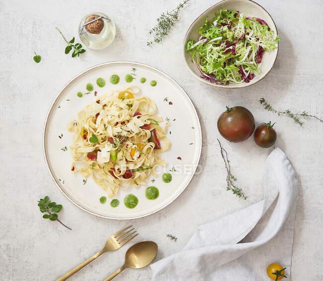 Домашня локшина з помідорами, чебрець, орегано, тек і песто. — стокове фото