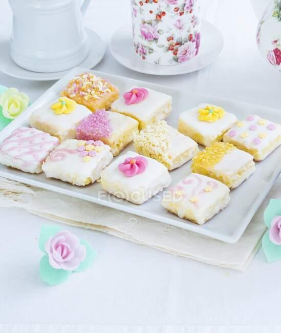 Mini pasteles caseros decorados con flores de azúcar - foto de stock