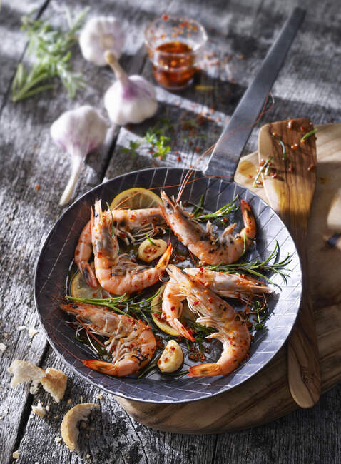 Prawns in pan with garlic, herbs and spices — Stock Photo