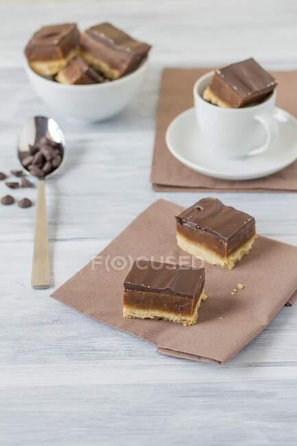 Хліб мільйонерів з карамелем і шоколадом. — стокове фото