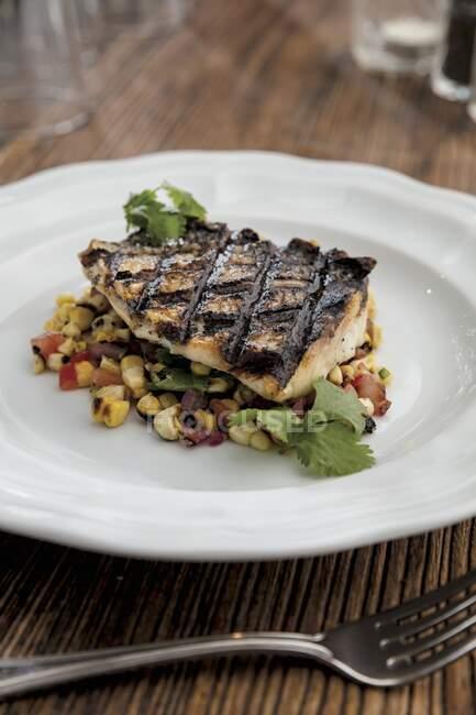 Peixe baixo com salada de milho carbonizado — Fotografia de Stock