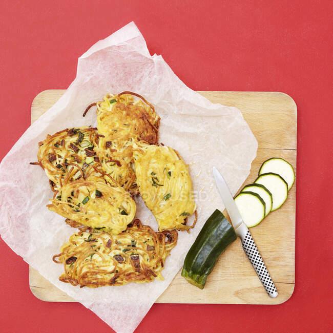 Pollo frito con verduras y queso en un plato - foto de stock