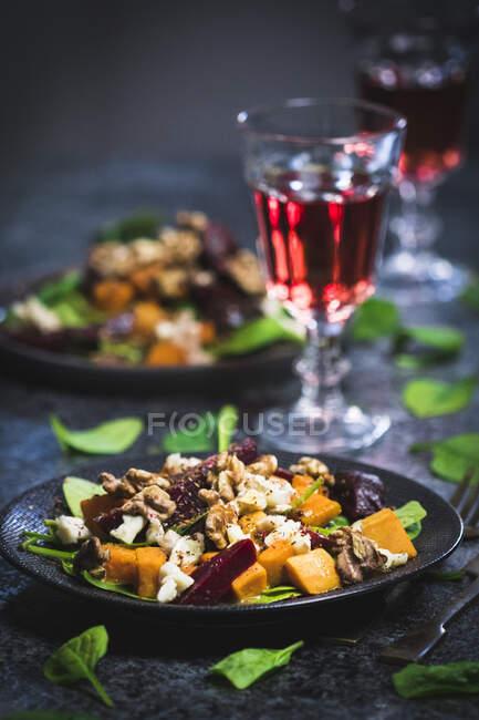 Солодкий картопляний салат з шпинахом, медом, буряком, козячим сиром і горіхами. — стокове фото