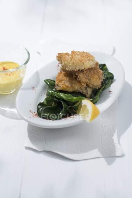 Випалений аґреал зі салатом та рулем. — стокове фото