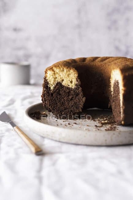 Знімок солодкого ванільного шоколадного торта. — стокове фото