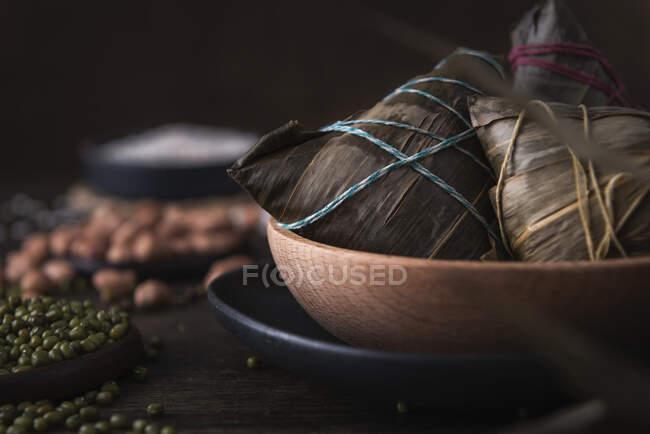 Albóndigas de arroz chino tradicional llamado Zongzi (para el festival tradicional barco Dragón) - foto de stock