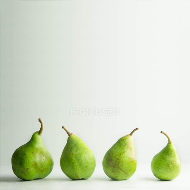 Cuatro peras orgánicas en crudo - foto de stock