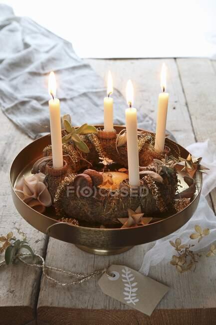 Традиційний вінок на золотій підставці з намальованою рукою на сільському столі. — стокове фото
