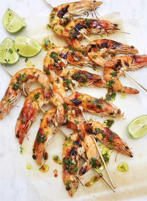 Prawn skewers with herbs and limes — Stock Photo