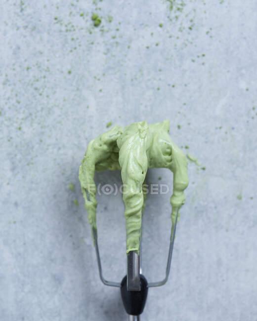 Crema de matcha en un batidor (Japón) - foto de stock