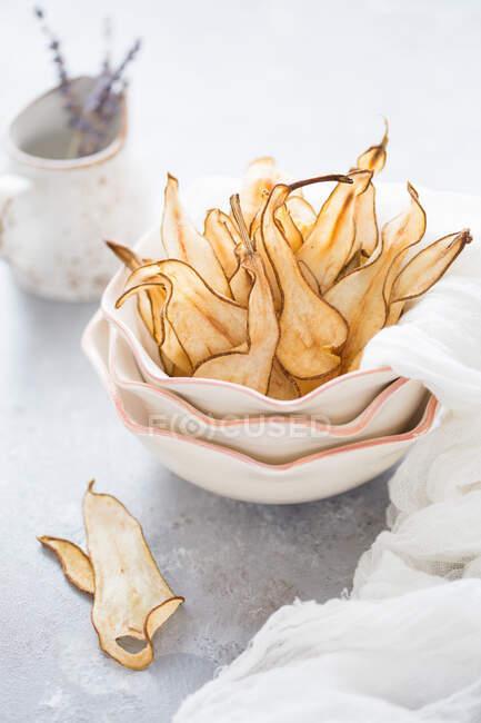 Peras fritas en un tazón de cerámica - foto de stock