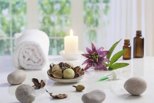 Расположение полотенец, камней, свечей, цветов и пипетки для обеспечения благополучия — стоковое фото