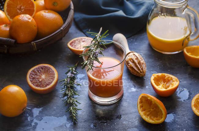 Óculos de suco de laranja espremido na hora — Fotografia de Stock