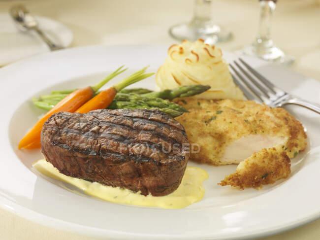 Bife e schnitzel de frango com legumes e purê de batatas — Fotografia de Stock