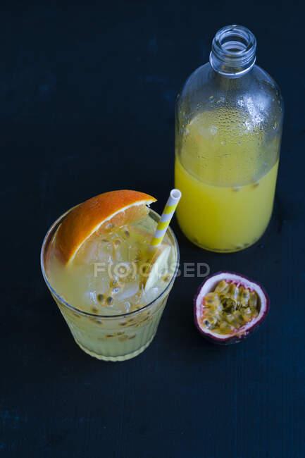 Interruptor naranja y maracuja con jengibre - foto de stock