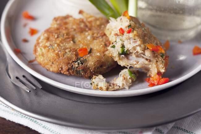 Teilweise kleine Krabbenkuchen mit rotem Pfeffer gegessen — Stockfoto