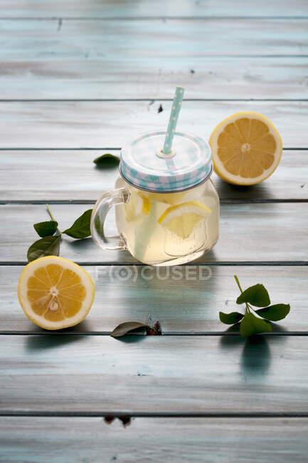 Limonada dietética elaborada con vinagre de manzana, jengibre, limón y miel - foto de stock
