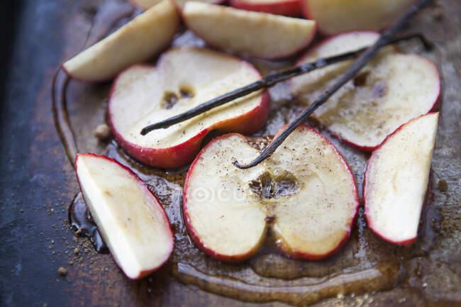 Manzanas asadas en miel con canela y vainilla - foto de stock
