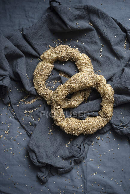 Koulouri vegano (anillos de pan griego con semillas de sésamo) - foto de stock