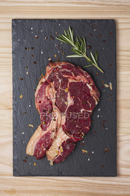 Груба реберна яловичина стейк з розмариною і спеціями. — стокове фото