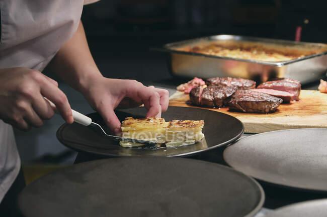 Chefs preparando platos en restaurante francés - foto de stock