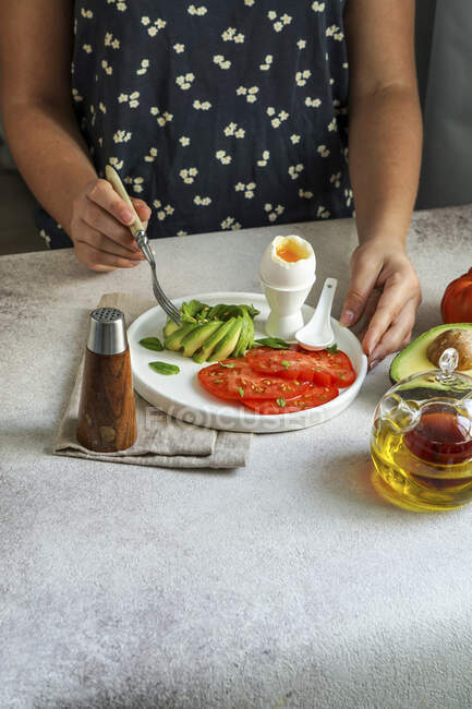 Desayuno vegetal con huevo cocido - foto de stock