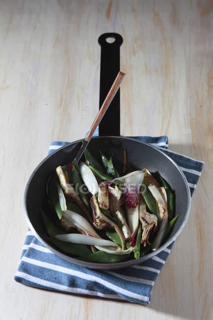 Corazón de alcachofa frita con frijoles - foto de stock