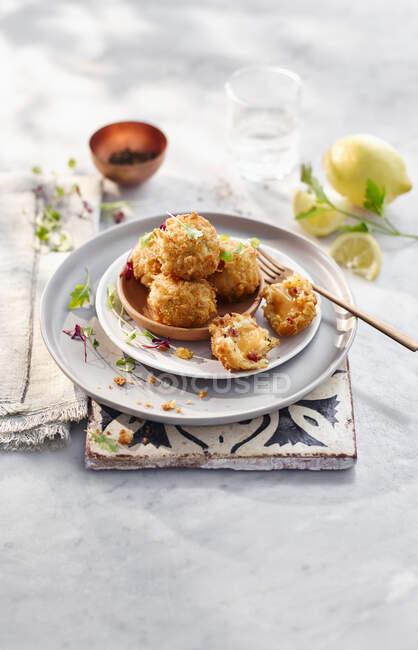 Pollo al horno con queso y limón - foto de stock