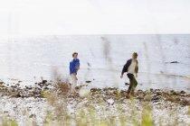 Друзі, ходьба на пляжі — стокове фото