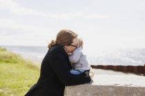 Мать с сыном на поле — стоковое фото