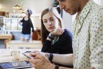 Colleghi che utilizzano lo smartphone — Foto stock