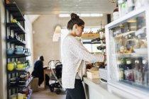 Жінка, яка працює в кафе — стокове фото