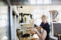 Donne chef lavora nella cucina — Foto stock