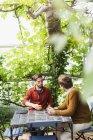 Hommes ayant la conversation tout en buvant café — Photo de stock
