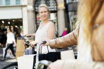Frauen mit Fahrrädern in Stadt — Stockfoto